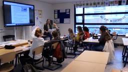 Juffrouw Silvie en de leerlingen praten over drones. (Foto: Omroep Brabant)