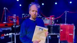 Jetse Batelaan met de verzegelde envelop, een van de drie Brabantse acteurs van Wit Konijn Rood Konijn (foto: Jan Peels)