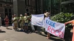 De mannen werden in Den Haag door een aantal supporters opgewacht (foto: Helene Hammerstein).