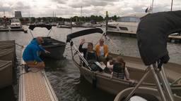 Natasja Strijland gaat vanuit de haven in Drimmelen een dagje varen met haar moeder en dochter. (foto: Thomas Wustman)