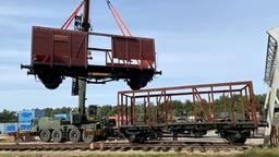 Wagons zoals die werden gebruikt bij jodentransporten komen aan in Vught