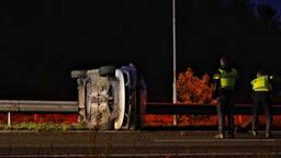 Een auto belandde op zijn kant op de A58 bij Bavel (foto: Jeroen Stuve/SQ Vision).