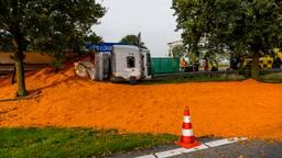 Vrachtwagen met wortels gekanteld op A58
