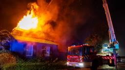 Uitslaande brand verwoest dak en zolder van woonboerderij in Geffen