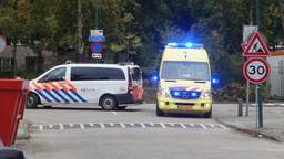 Politie en ambulance bij de plek waar de fietsster werd aangereden (foto:  FPMB Erik Haverhals).