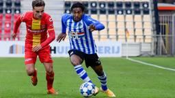 FC Eindhoven-aanvaller Jacky Donkor (r.)  is Bradly van Hoeven (Go Ahead Eagles) te snel af (Foto: Orange Pictures)