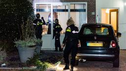 De politie deed onderzoek bij het beschoten huis (foto: Jack Brekelmans/SQ Vision).