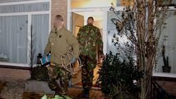 De EOD haalt het vuurwerk uit de woning aan de Hageland in Vught (foto: Bart Meesters/SQ Vision).