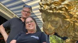 Elly Verrijt en Jack van Bommel met de gouden leeuw uit Den Bosch (foto: Jan Peels)
