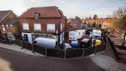 Onderzoek bij het bedrijfspand aan de Van Leeuwenhoekstraat in Enschede (foto: ANP).