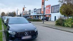 Een Belgische auto bij het Basic-Fit filiaal aan de Ettensebaan in Breda (foto: Birgit Verhoeven).