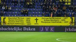 Twee grote spandoeken sierden de B-side, het vak waar veel fanatieke supporters staan.