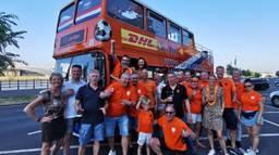 Oranjefans bij de bus (foto: Sjoerd van Fessem)