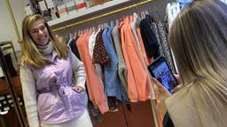Bij kledingzaak Superfly helpt al het personeel mee het klaarmaken en uitleveren van alle online bestellingen.