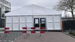 Het 'verplaatste' stemlokaal aan het Roelof Kranenburgplein (Foto: Agnes van der Straaten)