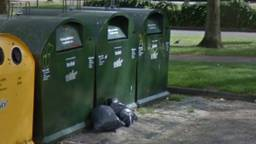 De zakken zouden uit de containers worden gehaald en vervolgens op straat worden gedumpt.