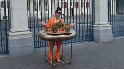Oranjefan Johan Vlemmix is ook deze Prinsjesdag 'gewoon' in Den Haag (foto: Twitter @jvlemmix).