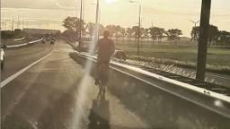 Man fietste over snelweg (foto: wijkagent Drunen via Instagram)