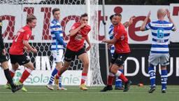 Lance Duijvenstijn (midden, Helmond Sport) viert zijn doelpunt tegen De Graafschap (Foto: Orange Pictures).