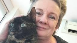 Arianne de Jong met een van haar katten. (Foto: privécollectie)