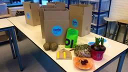 De dozen met opdrachtjes die de aspirant leerlingen thuis krijgen bezorgd. (foto: Raoul Cartens)
