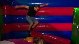 Volwassenen weer even kind tijdens de proefavond in Bounce Valley in Breda