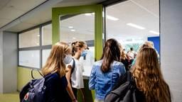 Middelbare scholieren met een mondkapje (foto: ANP).