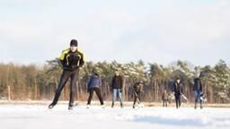 Koppie erbij houden want het 'kraakt en het golft' op het ijs van het Buntven (foto: Rob van Kaathoven)