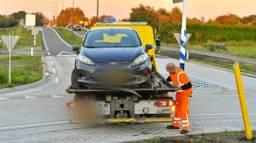 De auto ramt een bord op de rotonde (foto: Rico Vogels/SQ Vision).