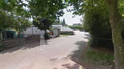 De Koopmansstraat in Oud Gastel, het is niet bekend waar het drugslab zich precies bevond (foto: Google Streetview).