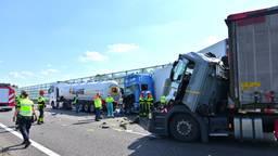 Meerdere vrachtwagens waren bij het ongeval betrokken (foto: Tom van der Put/SQ Vision).