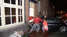 De auto die zich in de voorgevel had geboord, wordt 'bevrijd' (foto: Erik Haverhals/Foto Persbureau Midden Brabant).
