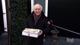 Een taart voor de jarige Peter Koelewijn.