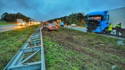 Hoe het ongeluk op de A67 bij Hapert kon gebeuren, wordt onderzocht (foto: Rico Vogels/SQ Vision).