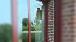 Het vernielde raam (foto: Politie Heusden/Facebook).