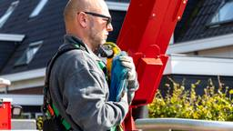 De eigenaar weer herenigd met zijn papegaai (foto: Jurgen Versteeg/SQ Vision)