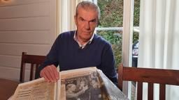Kees Ploegsma in de krant met zijn vriend Harry van Raaij (foto: Collin Beijk).