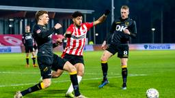 Sydney van Hooijdonk (l) scoorde de gelukmaker voor NAC tegen Jong PSV (foto: Maricmedia)