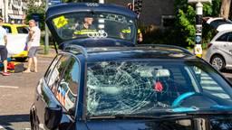 De voorruit van de auto is zwaar beschadigd (foto: Marcel van Dorst/SQ Vision).