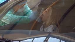 Getest worden op corona terwijl je in je auto zit. (Foto:Archief)