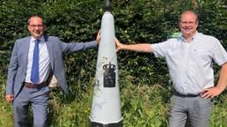 De burgemeesters Steven Adriaansen en Gaston van Tichelt zijn blij dat de grens weer open is (foto: Erik Peeters)