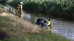 De drenkeling werd door de brandweer uit het water langs de Middenpeelweg gehaald (foto: Kevin Kanters/SQ Vision).