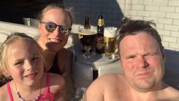 Johan, Suzanne en Melissa genieten nu al van hun zwembad in de tuin in Erp.