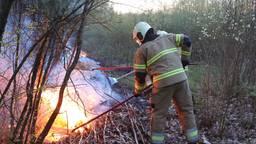 Met vuurzwepen probeert de brandweer te voorkomen dat het vuur zich verspreidt. Foto: Bart Meesters/SQ Vision.