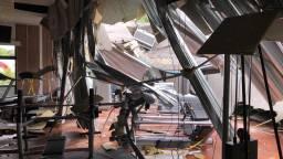 De ravage in sportcentrum Valkencourt nadat het dak is ingestort (Foto: Martine Wubben)