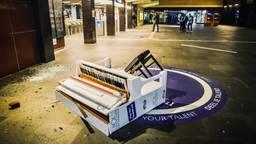 De zwaar gehavende piano na de rellen (foto: SQ Vision Mediaprodukties).