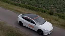 Het zonne-dak in de Tesla-testauto (Foto: YouTube).