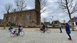 Mensen komen op veilige afstand samen bij de Sint-Servatiuskerk in Erp (foto: Jan Peels).