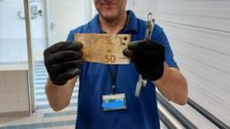 Een medewerker viste 50 euro uit de waterzuiveringsinstallatie (foto: Waterschap De Dommel)