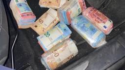 De biljetten die achter het paneel verstopt zaten (foto: Koninklijke Marechaussee).